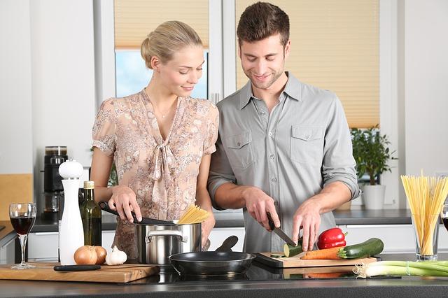 זוג במטבח